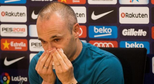 Iniesta lascia il Barcellona: l'addio in lacrime è commovente / VIDEO
