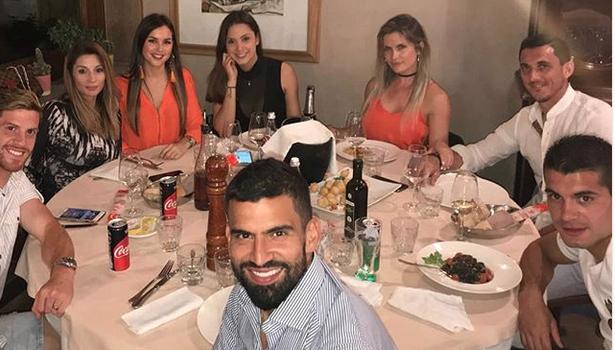 Ansaldi, Rincon, Falque e Burdisso: cena di gruppo. Si arrabbiano i genoani, e Dzemaili li prende in giro