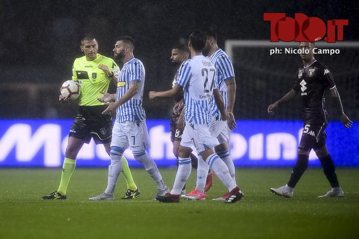 L'arbitro Pasqua con i giocatori della Spal in Torino-Spal 1-0 - Serie A 2018/2019