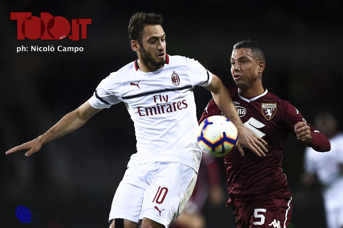 Hakan Calhanoglu e Armando Izzo in Torino-Milan 2-0