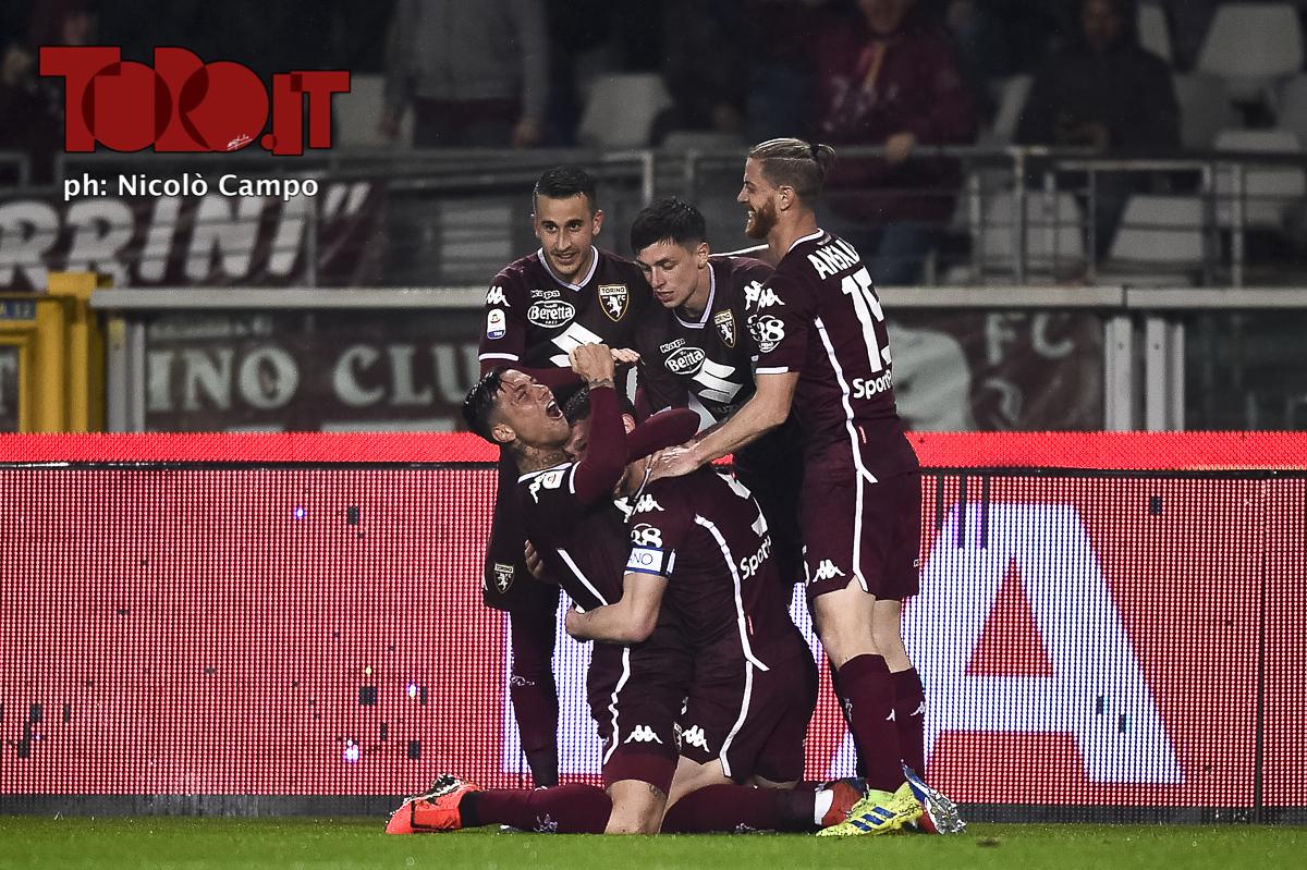 Il Torino festeggia Belotti dopo un gol
