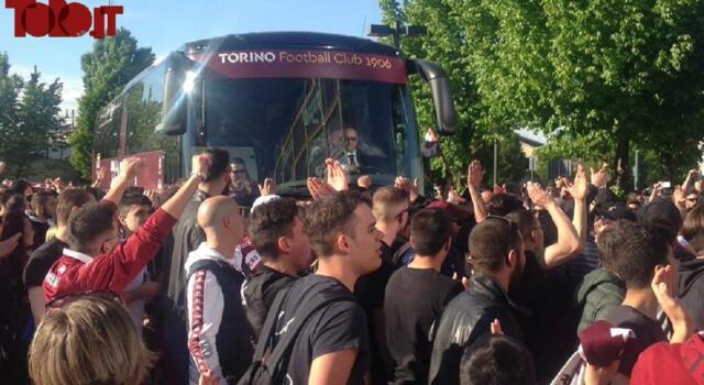Toro, che entusiasmo: centinaia di tifosi sotto l'hotel del ritiro / VIDEO