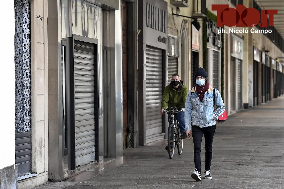 Coronavirus, due persone con la mascherina a Torino