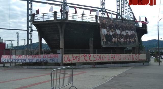 Filadelfia, gli striscioni dedicati al Grande Torino nello stadio degli Invincibili