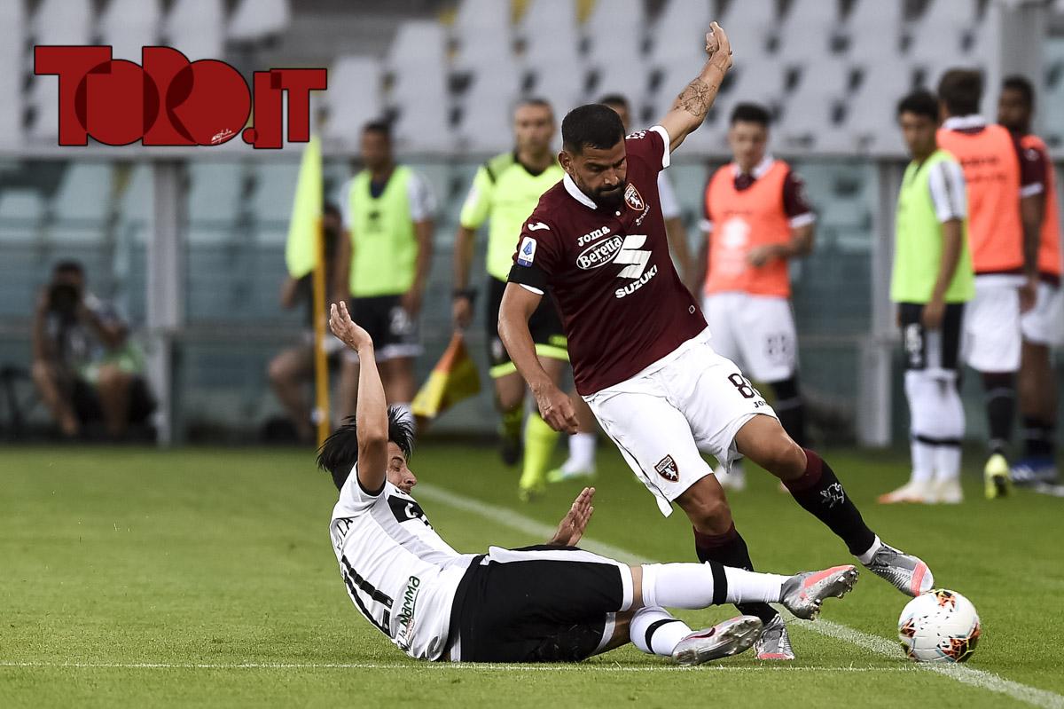 Contrasto tra Tomas Rincon e Matteo Scozzarella in Torino-Parma 1-1, serie A 2019/2020