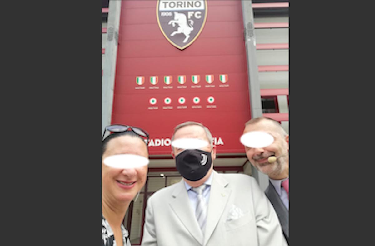 Selfie al Filadelfia con la mascherina della Juventus