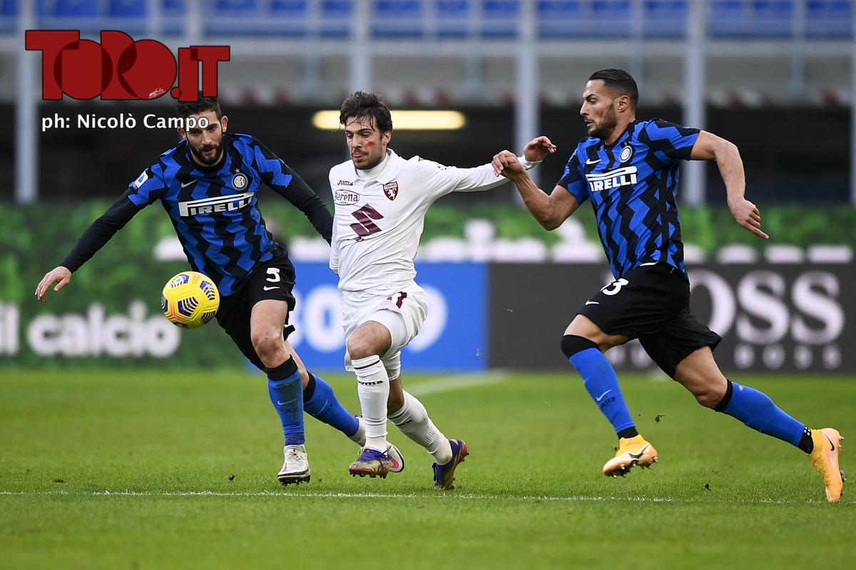 Simone Verdi contrastato da Roberto Gagliardini e Danilo D'Ambrosio in Inter-Torino