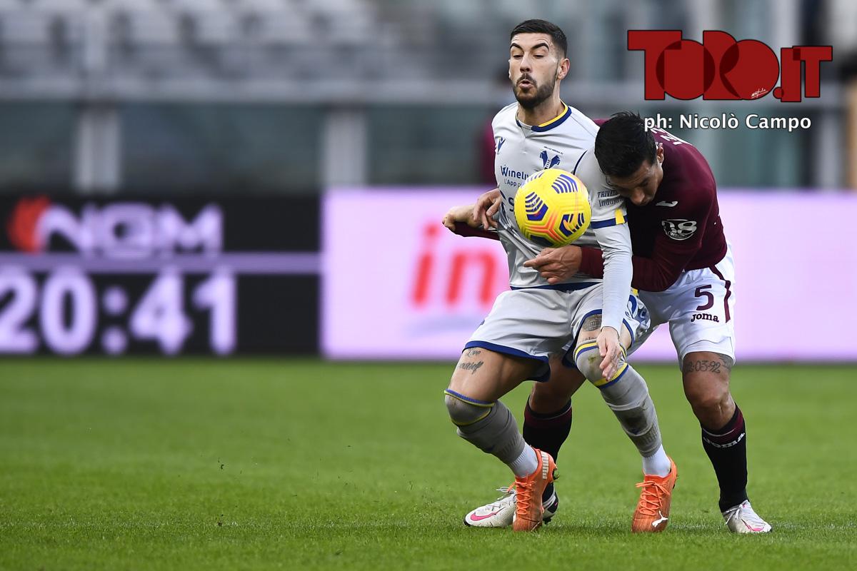 Mattia Zaccagni contrastato da Armando Izzo in Torino-Verona 1-1, serie A 2020/2021