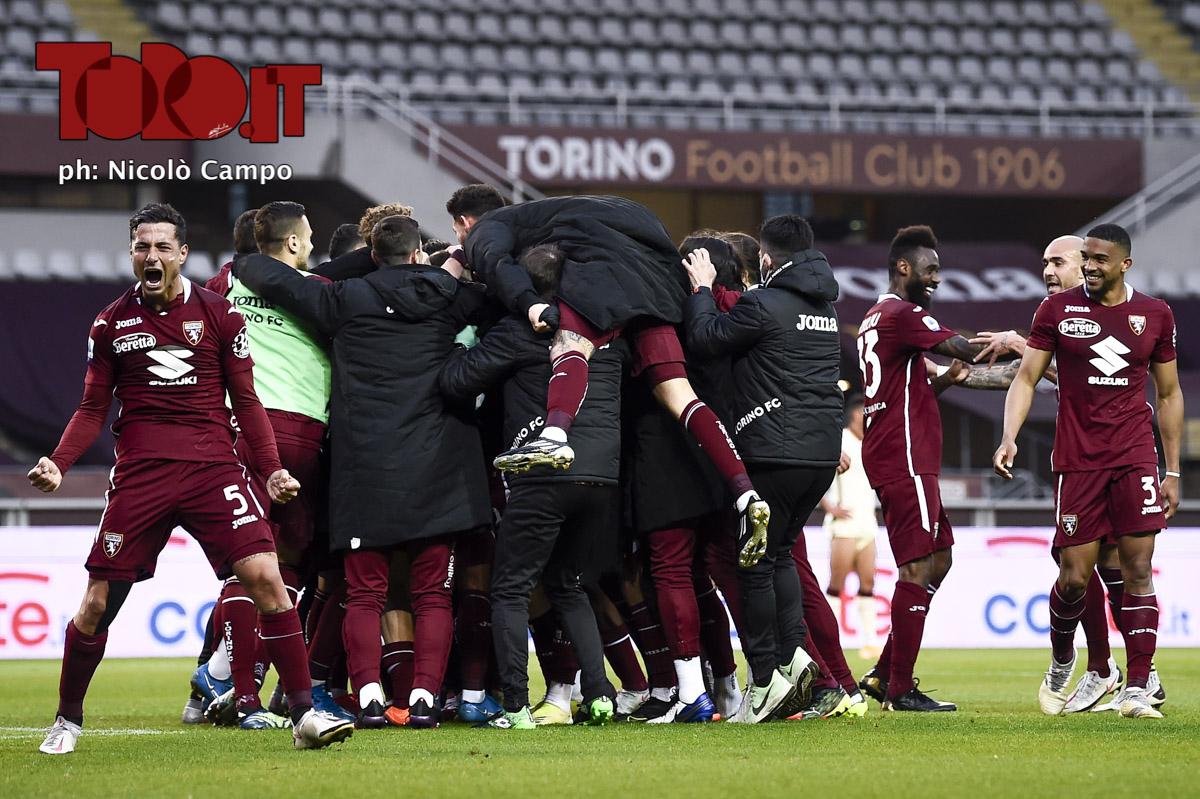Il Torino esulta dopo la vittoria