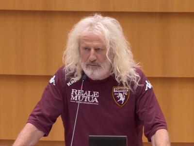 Mick Wallace l'ha rifatto: al Parlamento Europeo con la maglia del Toro