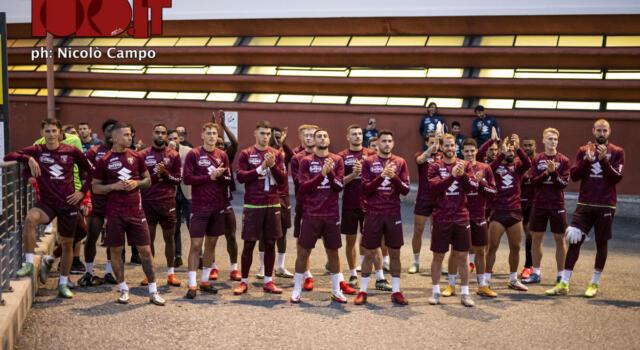 Verso il derby: i tifosi caricano il Toro, il saluto della squadra / La fotogallery